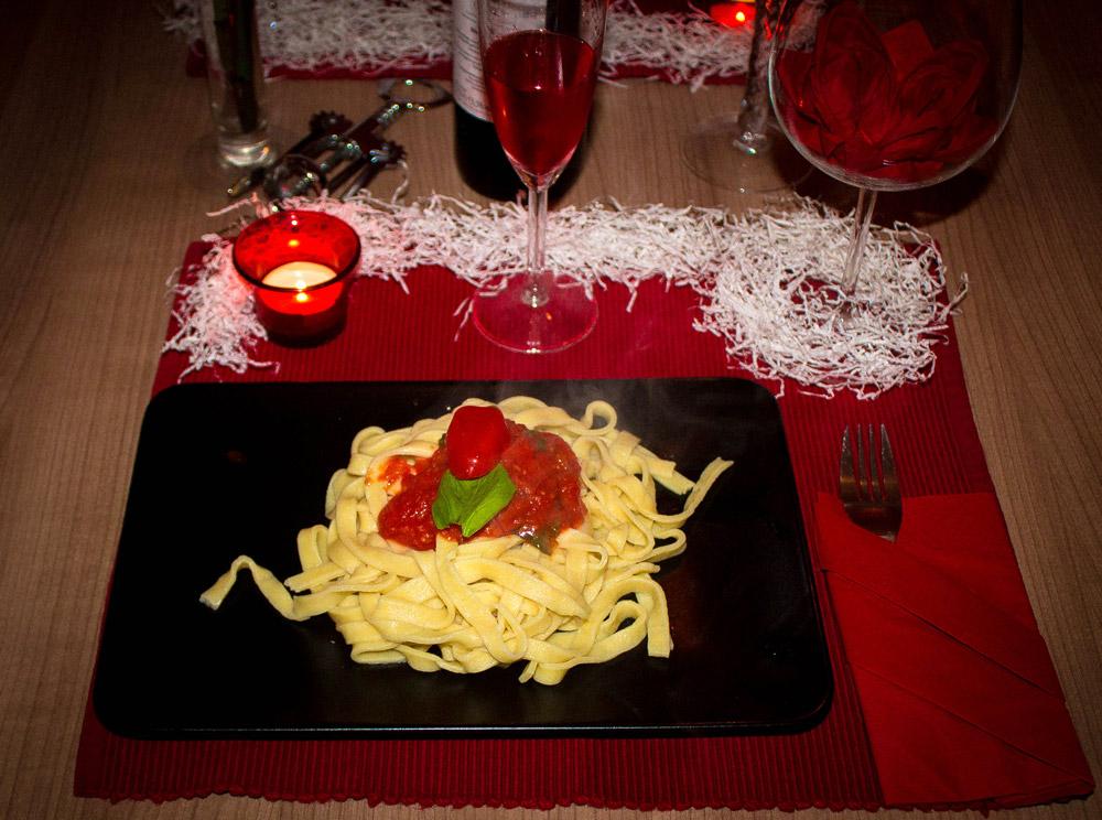 selbstgemachte nudeln mit tomatensauce s dtirol kocht rezepte aus s dtirol. Black Bedroom Furniture Sets. Home Design Ideas